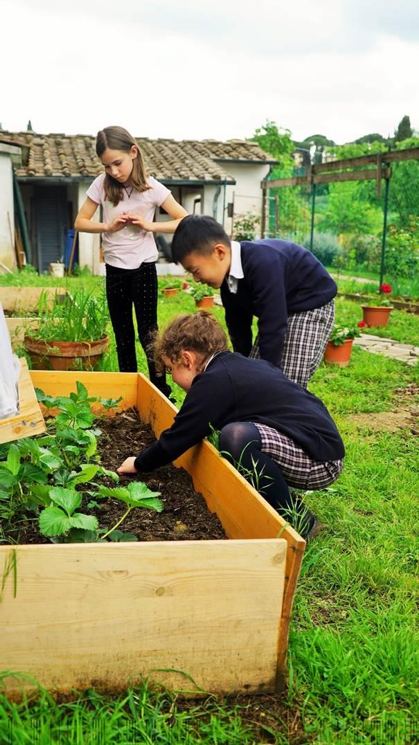 bambini con giardino sfoggiato